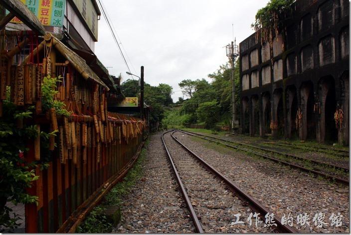 平溪線一日遊-菁桐。來平溪線遊玩就是要嘗試走在鐵支路上的感覺才像有來過,鐵軌的盡頭就是平溪線的終點了。