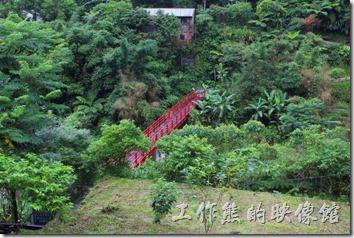 菁桐火車站旁有座情人橋,過去後可以到達礦工宿舍遺址,但下雨我們就沒過去了。