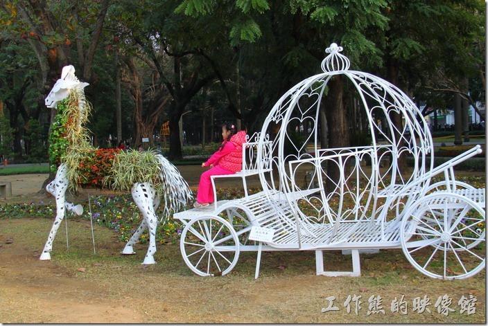 台南-中山公園百花祭。過了幾天再回來看,這幽靈馬車身上鏤空的地方已經填滿了花草,看起來就不那麼可怕了。