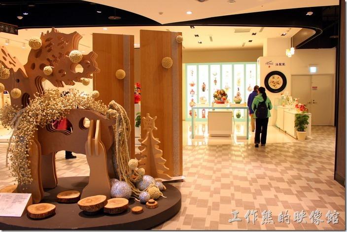 誠品松菸館一樓一進門的地方就可以看到以精巧陶瓷聞名的「法藍瓷(FRANZ)」。