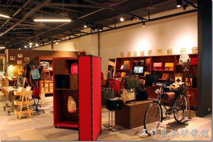 台北-誠品松菸。誠品松煙二樓的【廣富號】手製帆布包。
