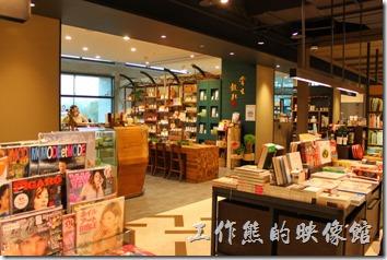 台北-誠品松菸。誠品松菸三樓才是書局,舒適的環境,書店中有店,聽說誠品最賺錢的不是賣書,而是賣一些有的沒有的,以及其他店面的租金收入。