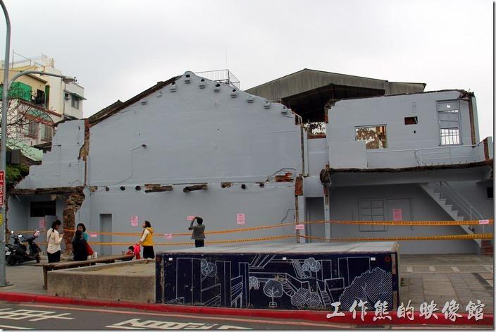 2014/02/28更新:傳聞許多,「藍晒圖」終於在2014/02/24應原屋主要求由台南市政府僱工刷白走入歷史。