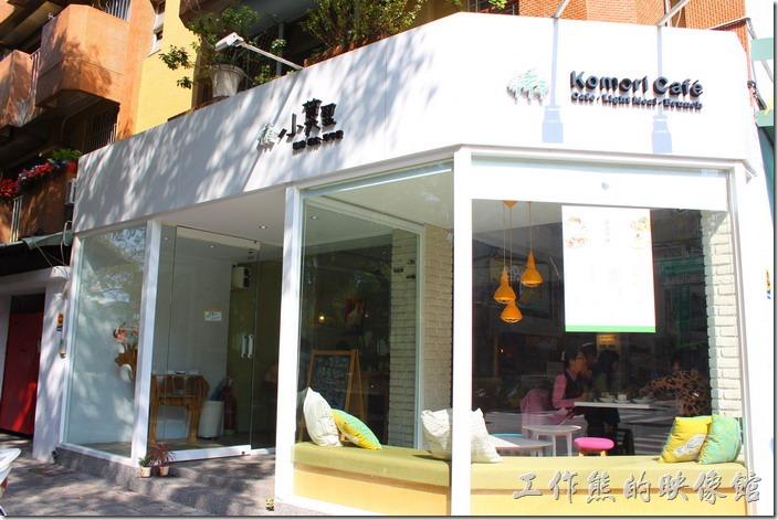 台南【Komori小莫里】餐廳的外觀,白色的牆面黑色的招牌。