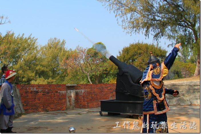 台南-億載金城。大砲(其實是煙火)發射出去的情形剛好被我補抓到。