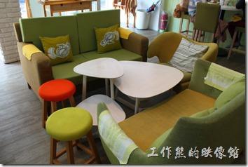 台南【Komori小莫里】餐廳內的座位可以選擇沙發或木頭椅子兩種座椅。