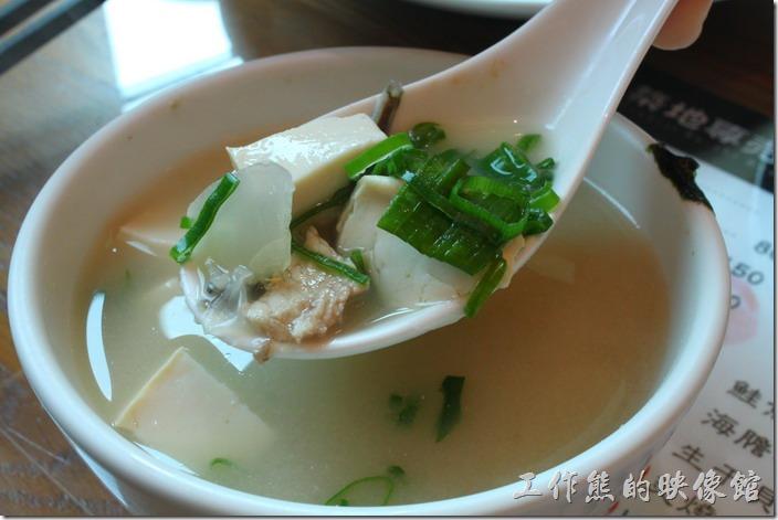 台南-築地壽司。味噌湯,NT$25。這個是改良過的台式味噌湯,湯頭不鹹,有滿滿的度否與小魚乾以及魚肉,個人感覺還蠻實惠的。