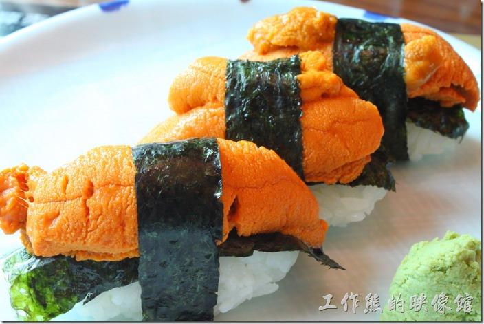 台南-築地壽司。大海膽壽司,NT$200(一個)。這【大】海膽壽司的錢真的沒有白花,因為真的很大,完全沒有辦法一口吃下,得分幾口才能吃下,而且新鮮好吃,不帶腥味,只有海洋的甜味。
