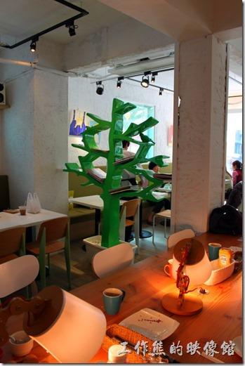 台南【Komori小莫里】。這個樹狀的書架屏風把餐廳大致上隔成兩部份,這裡還提供USB充電區,就甘心!