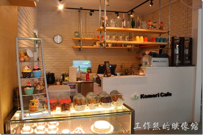 台南【Komori小莫里】餐廳的櫃台及廚房。