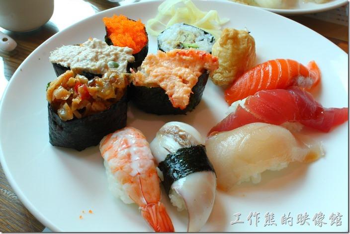 台南-築地壽司。大綜合壽司,NT240。其實就是菜單最前面的11樣握壽司各一個,有海苔壽司、豆皮壽司、旗魚握壽司,鮪魚握壽司、鮭魚握壽司、大蝦握壽司、鰻魚握壽司、鮪魚沙拉握壽司、蝦卵壽司、干貝唇壽司、龍蝦握壽司。這個適合喜歡各種口味的朋友,如果有些不喜歡或特別喜歡的,建議單點就好了,否則每樣只有一個還真難取捨。