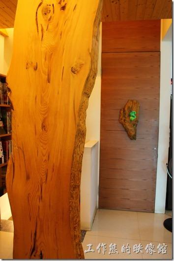 台南築地專賣壽司的店內裝潢採暖色系,以原木的顏色來做裝飾。裝潢看起來普普通通,應該是以食物取勝。