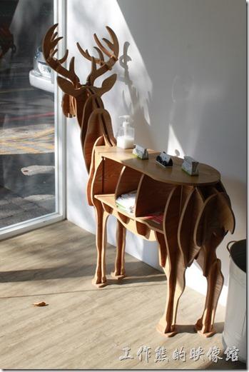 台南-小莫里。餐廳入口處的麋鹿造型的置物架,這裡有餐廳名片及一些贈閱文宣。