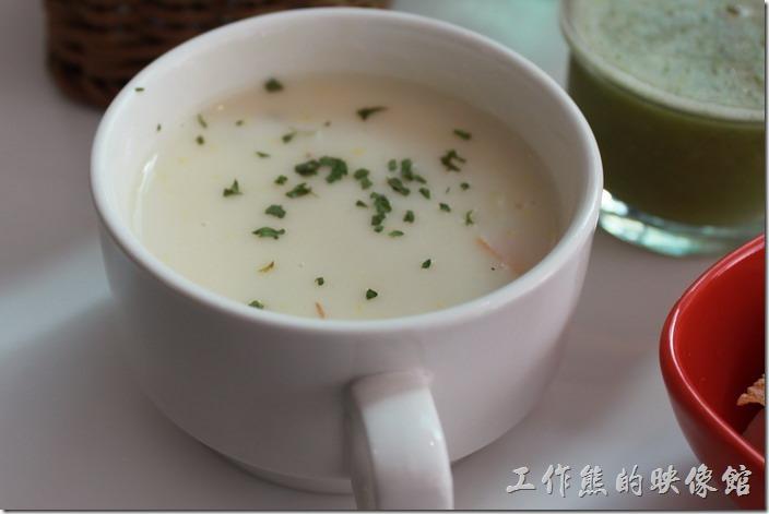 台南-小莫里。早午餐附贈的濃湯,今天喝的是馬鈴薯濃湯,建議直接把馬克杯拿起喝,可以喝到熱熱燙燙的濃湯,如果用餐廳的大湯匙喝湯,整個熱度會被湯匙降低下來,感覺就會稍差,個人覺得不需要用這麼大的湯匙喝湯。