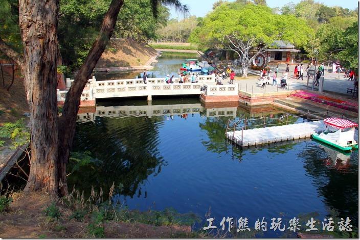 台南-億載金城。億載金城的四周有兩公尺以上深度的護城河環繞,用以保護兵營的安全。