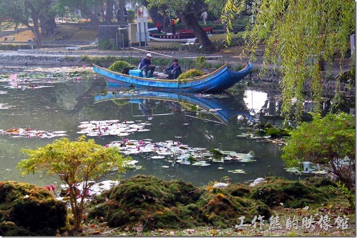 台南-2014中山公園百花祭。現在台南中山公園的池水看起來非常的乾淨,這要歸功於先前的工人加緊趕工把池中多餘的水草撈起,才能有現在的模樣。