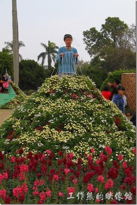 台南-2014中山公園百花祭。後來發現這些金字塔上面的人形立牌可以讓遊客怕上去搭配人臉拍照耶!還真是不錯的構想。