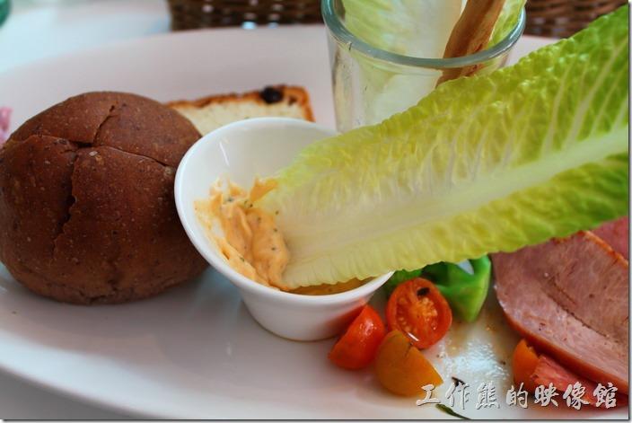 台南-小莫里。這蘿蔓直挺挺地楞新鮮的,吃的時候直接用手拿起來和著凱薩沙拉醬食用剛剛好,一旁的小蕃茄有稍微烤過,但沒有考得很熟,吃起來有種不同的味道。