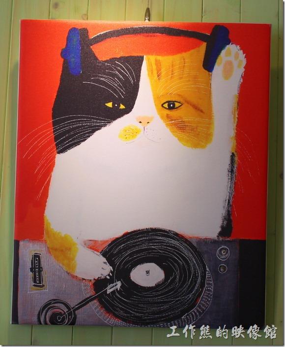 台南【Komori小莫里】餐廳的牆壁上有幾幅可愛貓咪的畫像。