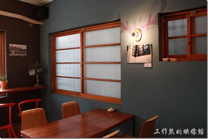 台南-PianoPiano。這片牆上有個具現代感的LED壁燈。