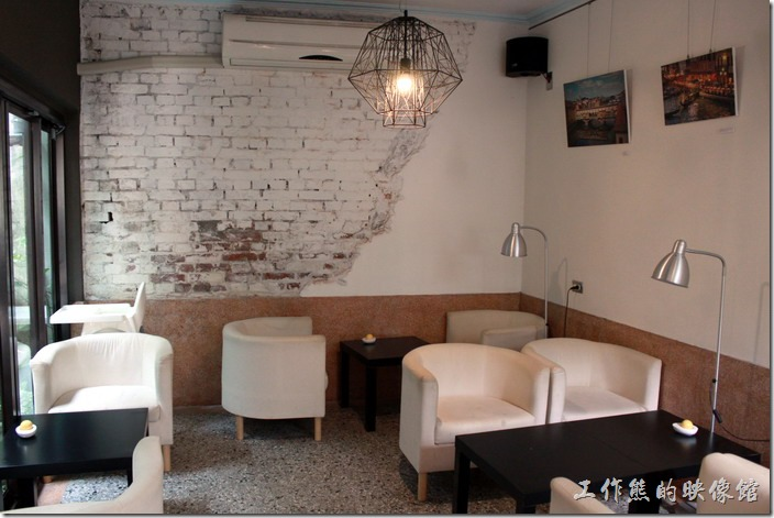 台南-PianoPiano。這片牆不知道是沒有整理好,還是特意的,牆壁上的石灰只敲掉了一部分,視覺上不是很舒服,如果可以裸露出紅磚的顏色,會更有視覺感。