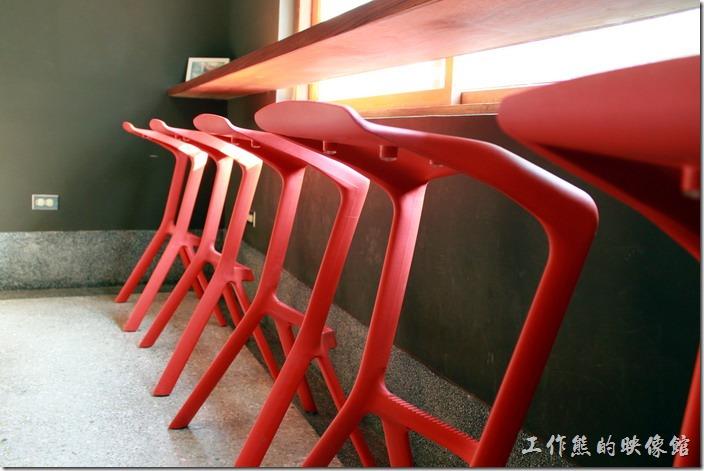 台南-PianoPiano。靠近小庭園的座位設計了高腳椅,讓客人可以一面欣賞外面的風景,一片享用食物。