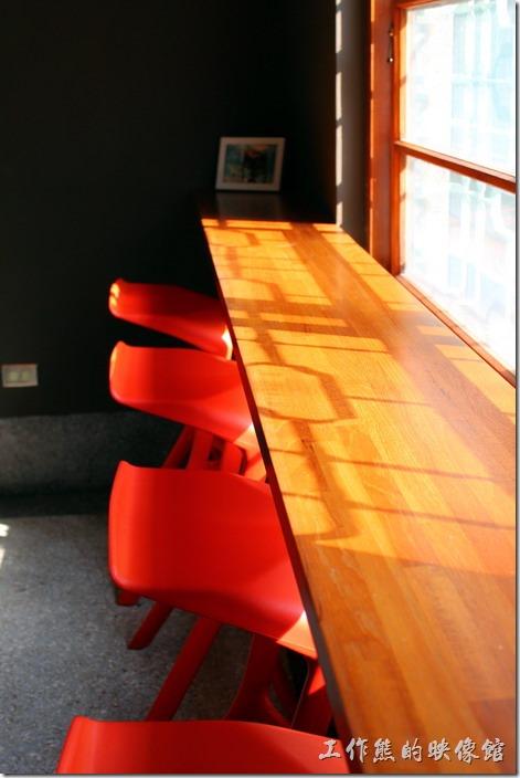台南-PianoPiano。陽光灑落進屋內,鐵窗的窗花影子映照在吧台上。