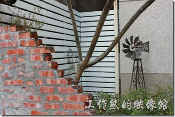 台南-PianoPiano。庭園內有個鐵製的小風車,就是的鐵窗,有著橢圓形的窗花。