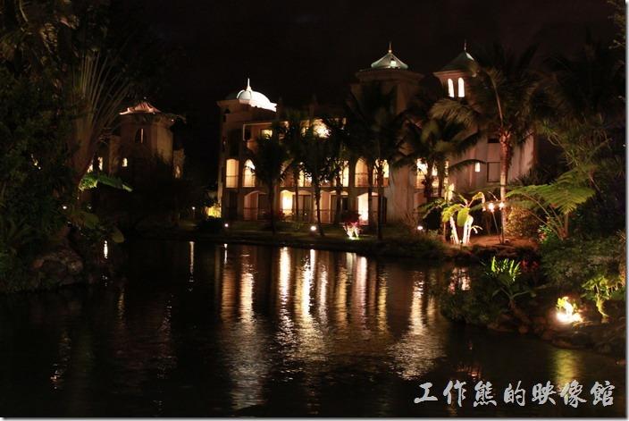 花蓮-理想大地渡假村-遊艇環河導覽。理想大地渡假村夜間的運河河道景色。