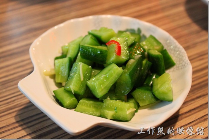花蓮-四八高地。小菜-小黃瓜,NT$20。這小黃瓜似乎擺得有點過久,已經稍微軟軟的了,吃不太到爽脆的口感。