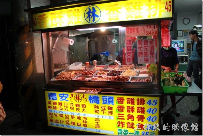 花蓮-德安橋頭林家烤魷魚。所有的菜色都大多寫在這攤位前的招牌上了。