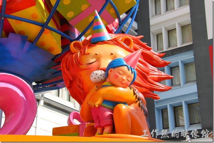 花蓮-翰品酒店。這是翰品酒店門口繽紛地球前的獅子與小男孩擁抱的畫面。(白天)
