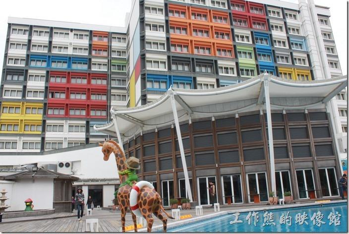 花蓮-翰品酒店。從花蓮翰品酒店後方游泳池的方向看酒店的外牆,也同樣用了蒙德理安(Mondrian)的幾何形彩色色塊。