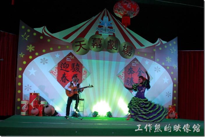 花蓮-理想大地渡假村-異國風情晚會。南歐風情舞蹈,單人吉他與單人舞蹈互動。