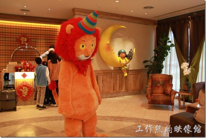 花蓮-翰品酒店。花蓮翰品酒店的一樓大廳,每天下午四點半到五點會有一隻真人假扮的獅子與遊客大玩抱抱的遊戲。