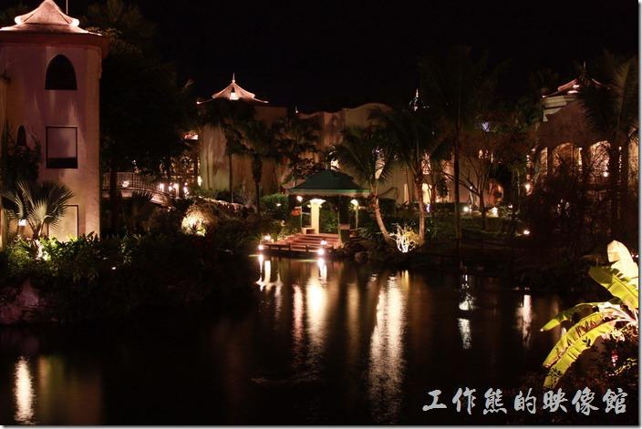 花蓮-理想大地渡假村-遊艇環河導覽。理想大地渡假村夜間河道最主要是看氣氛以及燈光映照在河面上的景緻。