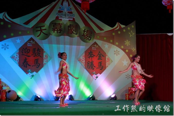 花蓮-理想大地渡假村-異國風情晚會。理想大地-薩摩亞舞蹈,就像是小鳥快樂的在沙灘上跳舞。