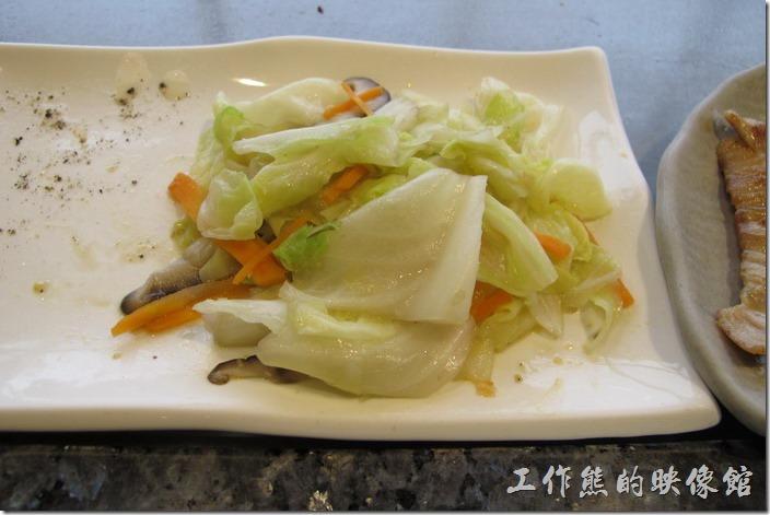 台南-上品鐵板燒餐廳。最後是炒高麗菜。這高麗菜內還有紅蘿蔔絲、香菇,比一般平價鐵板燒的高麗菜看起來高級許多。