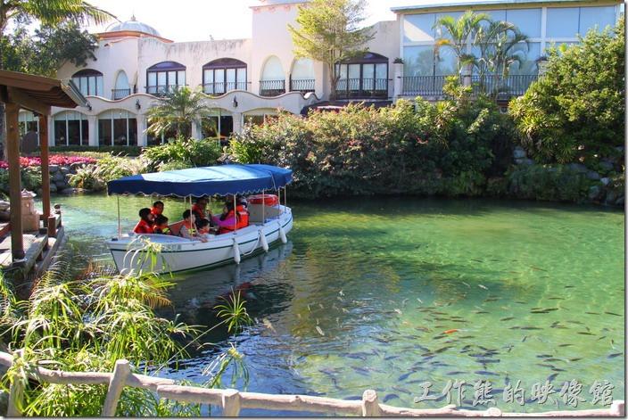 花蓮-理想大地渡假村-遊艇環河導覽。遊艇環河導覽在六號碼頭(應許碼頭)乘坐,運河中養了很多的烏鰡悠遊期間,這裡也有販賣魚飼料。