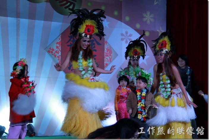 花蓮-理想大地渡假村-異國風情晚會。舞蹈人員正在與遊客互動,遊客們也躍躍欲試準備與舞者PK草裙舞。