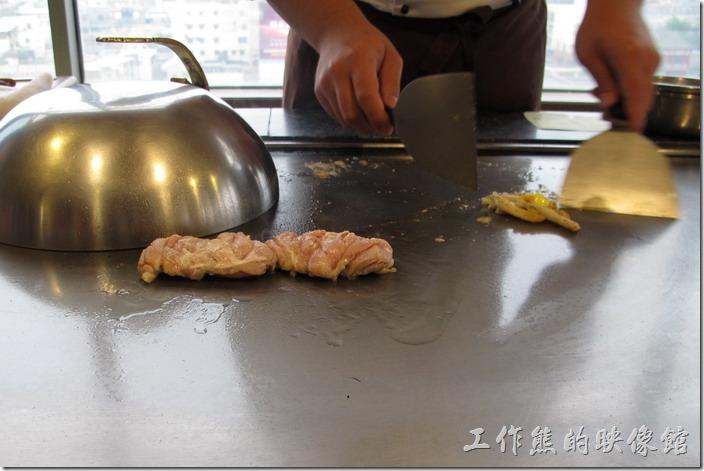 台南-上品鐵板燒餐廳。吃鐵板燒,除了吃食材的新鮮度之外,有時候就是想看看師傅們的現場烹煮的手藝。