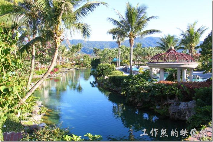 花蓮-理想大地渡假村。渡假村內還可以遠眺山巒,真的就是藍天白雲加綠地的感覺。