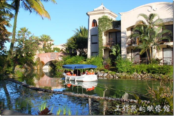 花蓮-理想大地渡假村。休閒時也可以乘坐環河遊艇,聽解說員介紹渡假村內的風景。