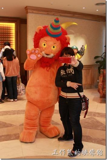 花蓮-翰品酒店。這抱抱獅反應似乎有點鈍鈍的耶,不過還聽得懂人話就是了,只要牠做得到的動作,都會盡量配合遊客。要照像的話,旁邊也有飯店的服務人員可以幫忙。