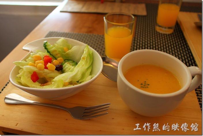 台南-bRidge 橋上看書-早午餐。這裡的早午餐點的內容有一杯餐前小飲(柳橙汁)、鮮蔬沙拉、精選濃湯(南瓜濃湯)、主餐、附餐飲品(可任選飲料)。南瓜濃湯老實說沒什味道,換另一個角度想,所以必須加胡椒來提味裏頭沒有加什麼化學填加劑。