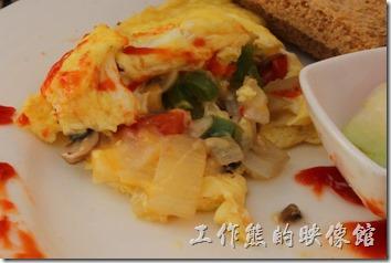 台南-bRidge 橋上看書-早午餐。捲蛋內包有洋蔥、蘑菇、青椒、起司與培根,吃起來蠻好吃的,起司還會拉絲呢,份量有點多啊。
