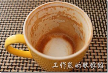 台南-bRidge 橋上看書-早午餐。熱拿鐵咖啡,咖啡杯有溫過杯,也有拉花,看喝完的咖啡杯的咖啡油脂殘留,判斷咖啡豆的烘培不是很重,也可能是牛奶的比率稍多,所以喝起來雖然喝得倒咖啡味,但並不是很濃,個人覺得比便利商店的好喝一點點。