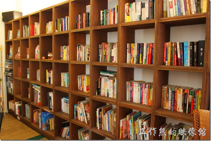 台南【bRidge+,橋上看書】一入門的地方就可見一大片的書牆,可惜書目有點雜亂,應該大部份是朋友們的贈書。
