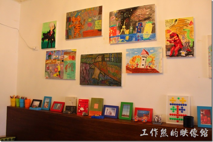 台南【bRidge+,橋上看書】餐廳的某個角落有許多蠟筆圖畫,似乎是小朋友的畫作,也擺了蠟筆,不知道是否可以讓客人自己畫畫?