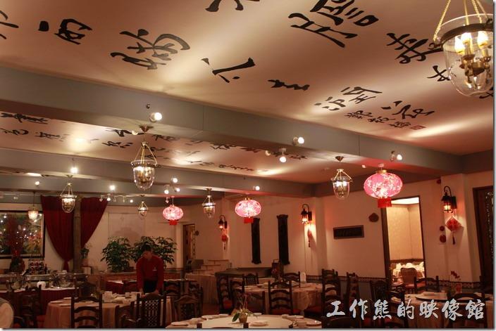 花蓮-理想大地渡假村中餐廳。這間理想大地「中餐廳」的天花板上有優美的「中國書法」的詩詞作品。